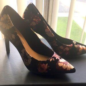 Never worn flower pattern heels size 9.5w